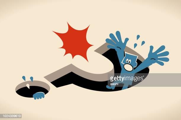 Azul hombre de caer en un agujero grande de signo de interrogación