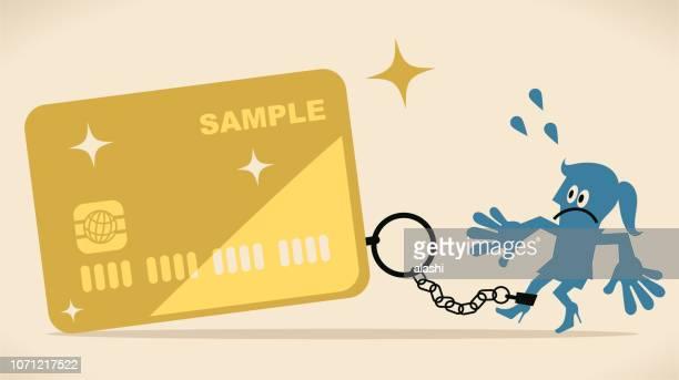 Mujer azul es encerrada en una enorme tarjeta de crédito con cadena