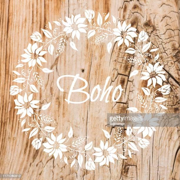 白い花の花輪のステンシルを持つボーホフレームの背景は、みすぼらしい木の壁に。みすぼらしい木製の背景。グランジ テクスチャ、ペイントされたサーフェス。沿岸の背景。 - 装飾美術点のイラスト素材/クリップアート素材/マンガ素材/アイコン素材