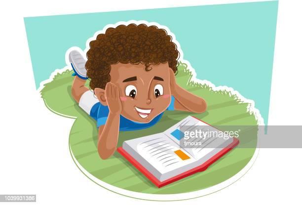 ilustraciones, imágenes clip art, dibujos animados e iconos de stock de niño leyendo un libro en el parque - leer
