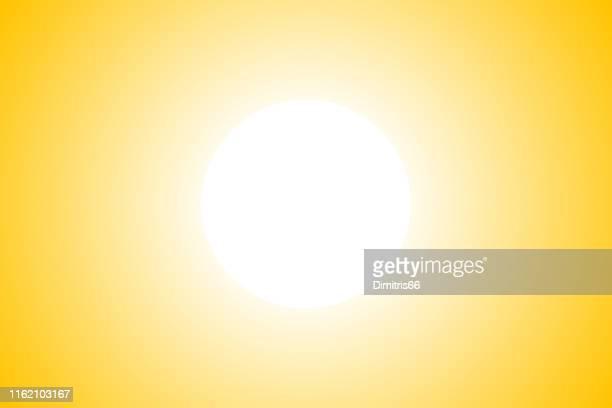 illustrations, cliparts, dessins animés et icônes de soleil lumineux sur le ciel jaune - ensoleillé