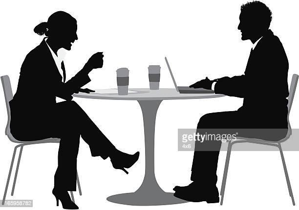 ilustraciones, imágenes clip art, dibujos animados e iconos de stock de pareja en la cena de negocios en la mesa - mesa de comedor