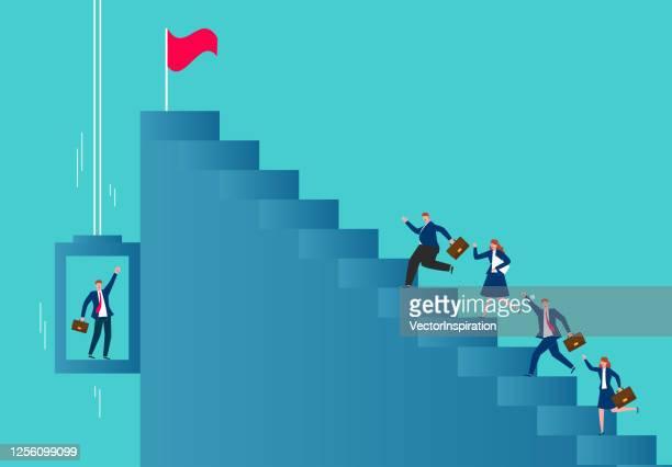 geschäftsleute steigen treppen, um ihr ziel auf zwei verschiedene arten zu erreichen - hingabe stock-grafiken, -clipart, -cartoons und -symbole