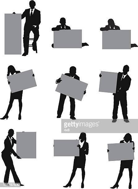 illustrations, cliparts, dessins animés et icônes de illustrations de gens d'affaires tenant les panneaux - tenir