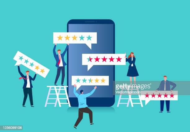 stockillustraties, clipart, cartoons en iconen met de bedrijfsmensen verlaten sterclassificatie en de terugkoppeling van de diensttevredenheid op een smartphoneschermtoespraakballon - feedback