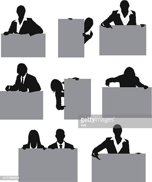 Geschäftsleute mit Schilder