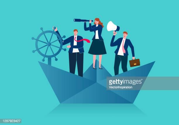 ilustraciones, imágenes clip art, dibujos animados e iconos de stock de equipo de negocios de pie en un barco de papel navegando en el océano y buscando oportunidades de negocio, equipo de negocios e ilustración de concepto de liderazgo - capitán del equipo