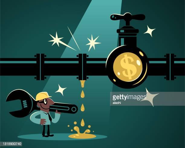 レンチを持ち、作業ヘルメットを着用したビジネスマン(配管工)は、米ドルの通貨記号を持つ漏れやすいパイプラインを見つけ、彼は水(お金)漏れを解決するつもりです - 水の無駄遣い点のイラスト素材/クリップアート素材/マンガ素材/アイコン素材