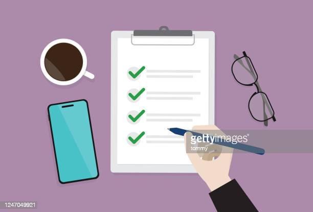 リストをチェックするビジネスマン - クリップボード点のイラスト素材/クリップアート素材/マンガ素材/アイコン素材