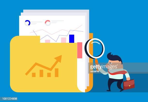 illustrazioni stock, clip art, cartoni animati e icone di tendenza di uomo d'affari che controlla il file di dati con lente d'ingrandimento - rapporto finanziario