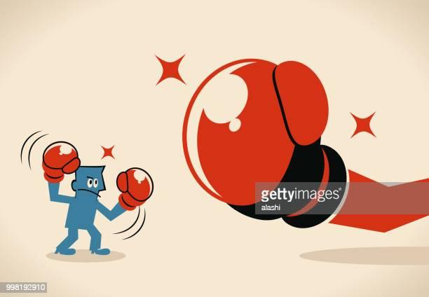 Empresario (boxer, hombre) luchando contra grandes guantes de boxeo
