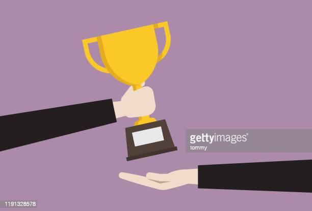 illustrazioni stock, clip art, cartoni animati e icone di tendenza di uomo d'affari che dà un trofeo - vincere