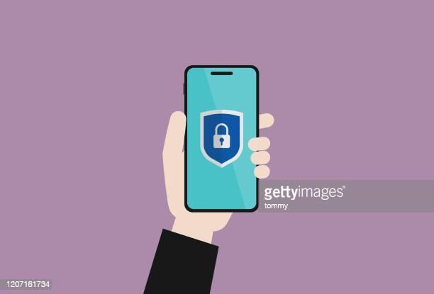 ビジネスマンは、保護シールドサイン付きの携帯電話を保持しています - バックアップ点のイラスト素材/クリップアート素材/マンガ素材/アイコン素材