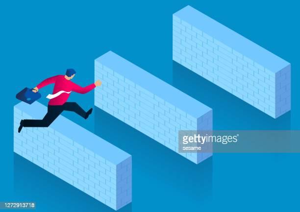 ilustraciones, imágenes clip art, dibujos animados e iconos de stock de empresario saltando sobre una serie de obstáculos de pared de ladrillo, desafiando las dificultades - valla límite