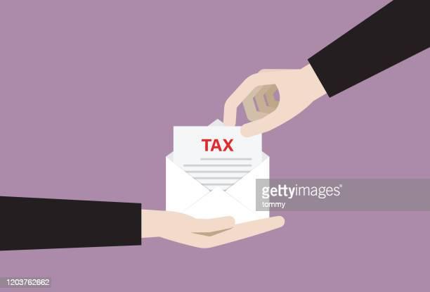 ilustraciones, imágenes clip art, dibujos animados e iconos de stock de empresario recoge una factura de impuestos de un sobre - impuestosobrelarenta