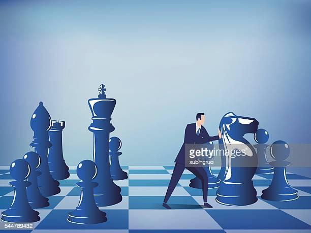 Hombre de negocios presionar ajedrez piezas