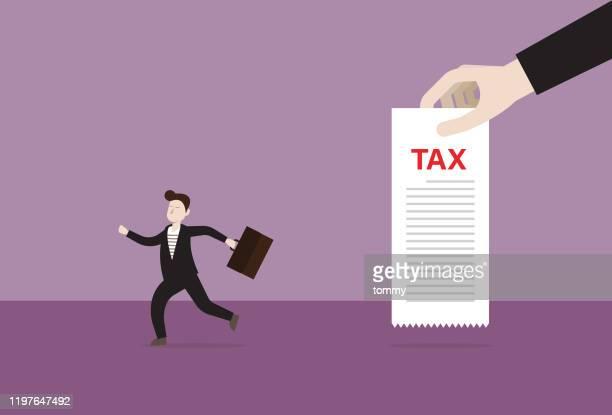 ilustraciones, imágenes clip art, dibujos animados e iconos de stock de empresario huye de una factura de impuestos - impuestosobrelarenta