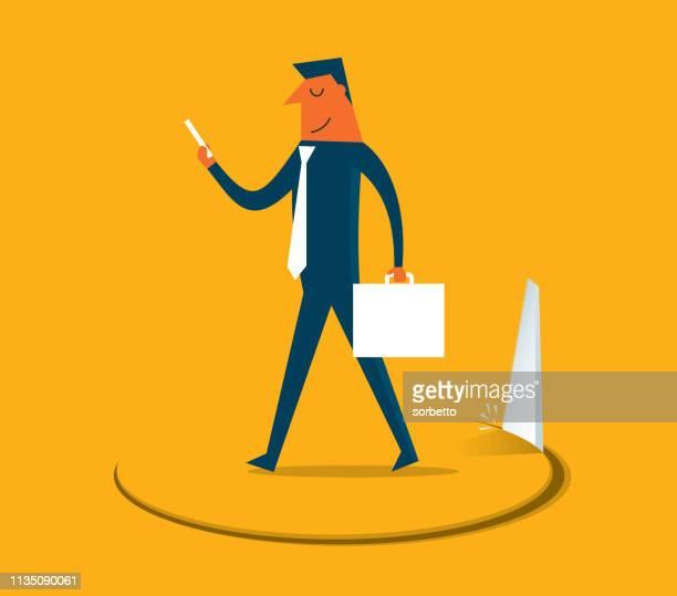 Homme d'affaires se dresse sur le trou coupé par une scie