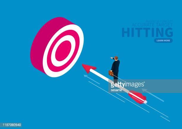 ビジネスマンは矢の上に立って、ターゲットの雄牛を打ちます - 狙う点のイラスト素材/クリップアート素材/マンガ素材/アイコン素材
