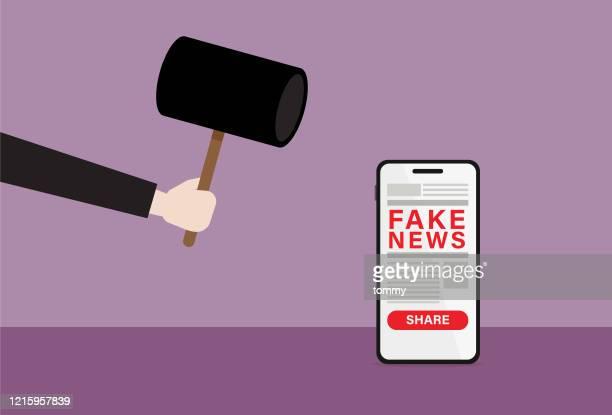 ilustrações, clipart, desenhos animados e ícones de empresário usa martelo quebrar fake news - fake news