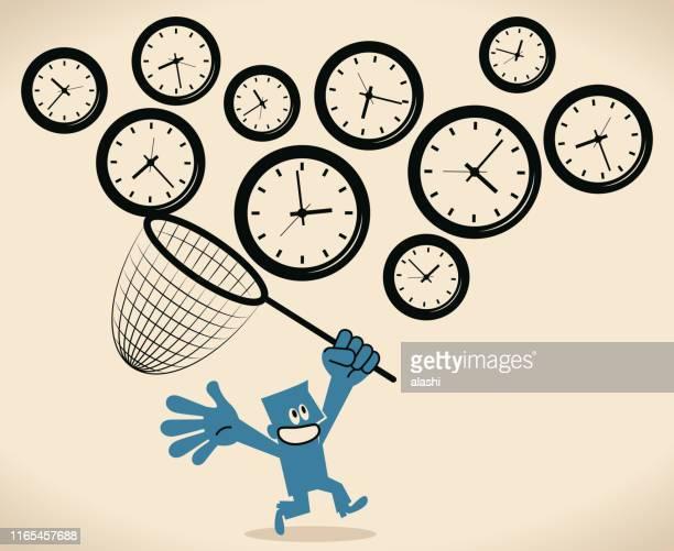 ilustraciones, imágenes clip art, dibujos animados e iconos de stock de empresario que utiliza una red de barrido para atrapar el reloj volador para ganar más tiempo (gestión del tiempo) - red de pesca
