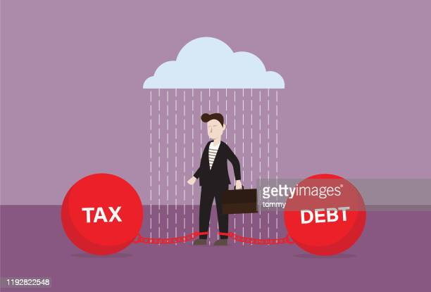 ilustraciones, imágenes clip art, dibujos animados e iconos de stock de empresario con carga de deuda y impuestos está bajo la lluvia - impuestosobrelarenta