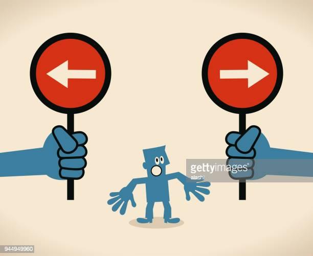 """ilustraciones, imágenes clip art, dibujos animados e iconos de stock de empresario con dos opciones a elegir entre dos signo direccional opuesto, concepto acerca de """"no sé qué curso a tomar; sin un plan definido para seguir"""" - uncertainty"""