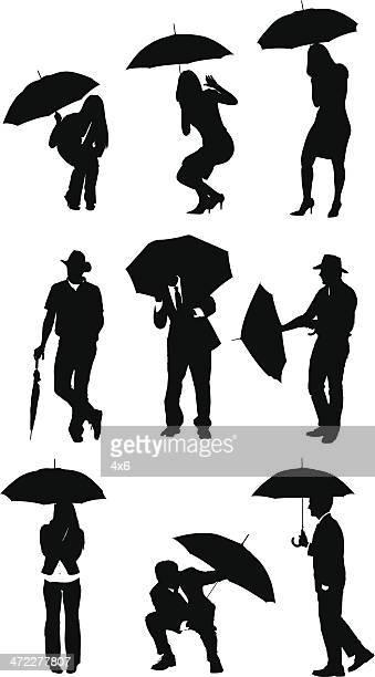 Hommes d'affaires avec des parapluies