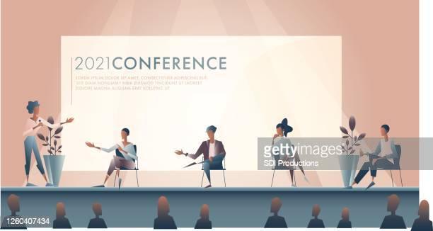 ビジネスウーマンは、会議中に専門家のパネルを紹介します - パネル討論点のイラスト素材/クリップアート素材/マンガ素材/アイコン素材