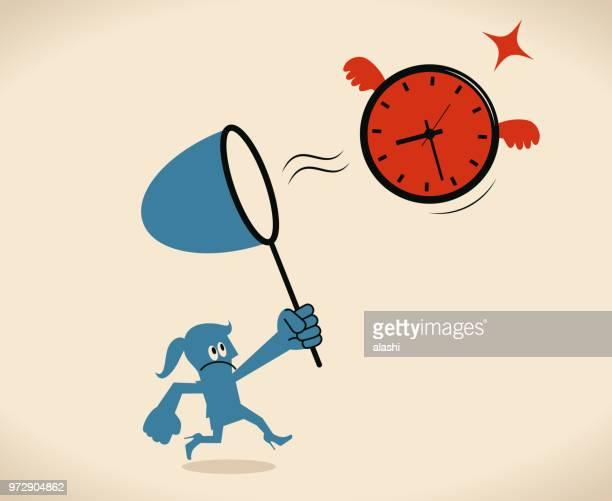 Geschäftsfrau mit einem Sweep net um zu fangen eine große fliegende Uhr (Konzept)