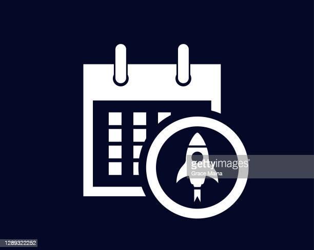ilustraciones, imágenes clip art, dibujos animados e iconos de stock de calendario que muestra los días del mes con un icono de lanzamiento de cohetes en un círculo - lanzamiento publicitario