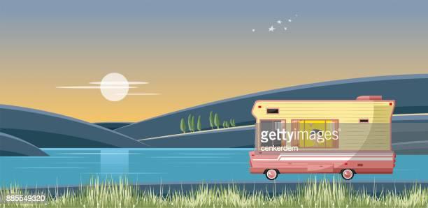 illustrations, cliparts, dessins animés et icônes de caravane de nuit - camping car
