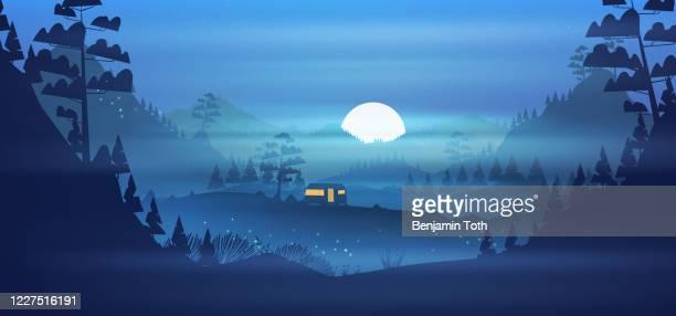 stockillustraties, clipart, cartoons en iconen met de camping van de caravan in de bergen bij nacht - buitenopname