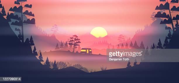 山の夕日のキャラバンキャンプ場 - 薄明かり点のイラスト素材/クリップアート素材/マンガ素材/アイコン素材