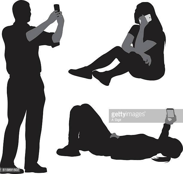 ilustraciones, imágenes clip art, dibujos animados e iconos de stock de hablar y autorretratos teléfono móvil - selfie