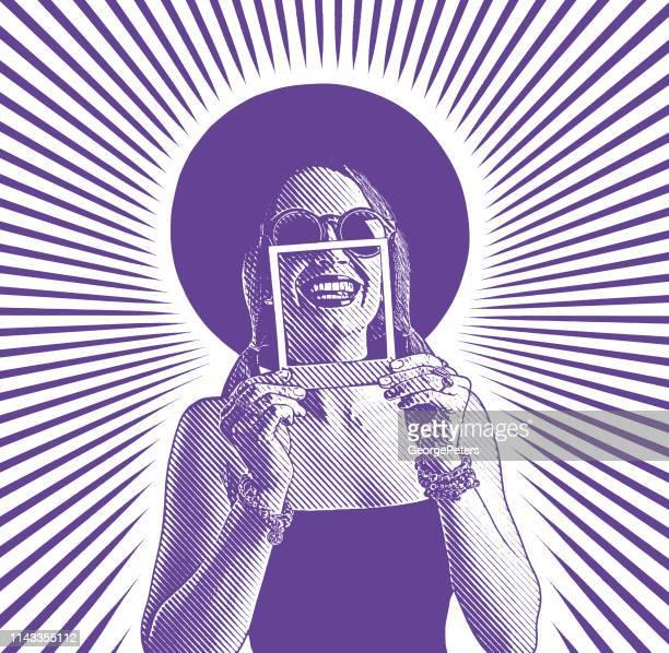 ilustraciones, imágenes clip art, dibujos animados e iconos de stock de mujer alegre enmarcando la sonrisa dentada con foto instantánea - selfie