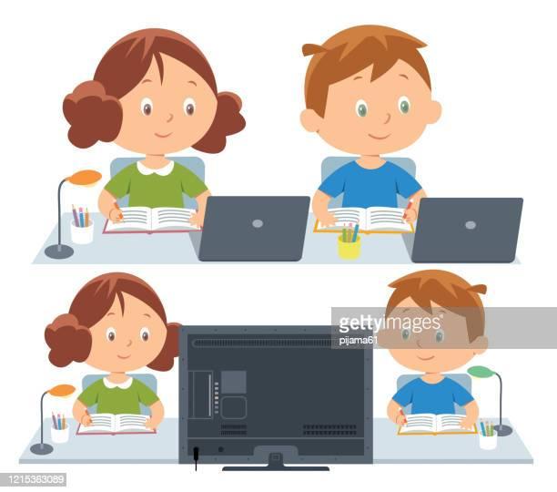 kinder, die eine online-schulklasse besuchen - klassenzimmer stock-grafiken, -clipart, -cartoons und -symbole