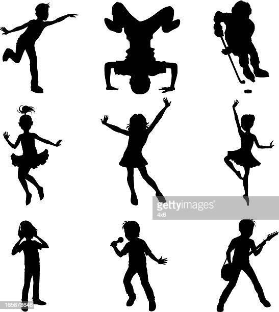 illustrazioni stock, clip art, cartoni animati e icone di tendenza di bambini mostrando talento - cantare