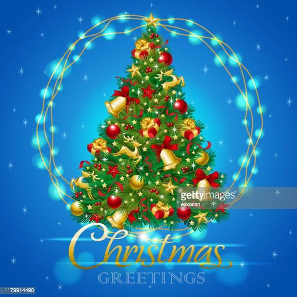 ilustraciones, imágenes clip art, dibujos animados e iconos de stock de árbol de navidad con luces de navidad - decorar