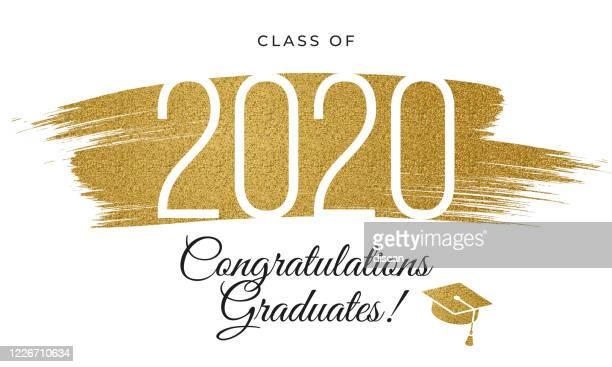 2020 klasse - herzlichen glückwunsch absolventen karte mit goldenen glitzer. - gratulieren stock-grafiken, -clipart, -cartoons und -symbole