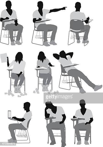 College-Studenten sitzen auf Stühlen