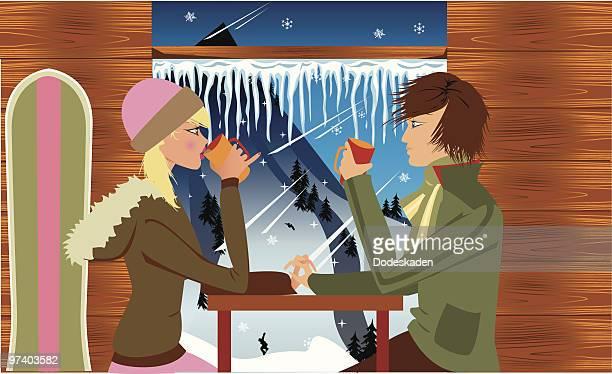 Casal beber café na Estância de esqui, olhando para fora através de Hill