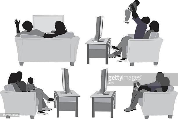 ilustraciones, imágenes clip art, dibujos animados e iconos de stock de pareja en sofá y en diversas acciones - familia viendo tv