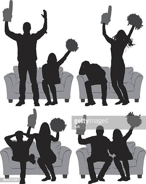 カップルのフットボール観戦に座るソファー - 注視する点のイラスト素材/クリップアート素材/マンガ素材/アイコン素材