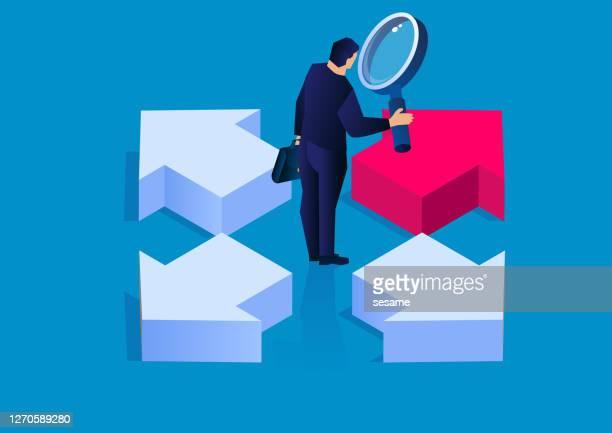 決定、4方向を指し示す矢印を見て虫眼鏡を持つビジネスマン、概念的なビジネスベクトルのイラスト - 分かれ道点のイラスト素材/クリップアート素材/マンガ素材/アイコン素材