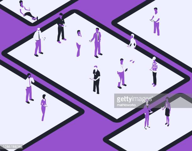 gerätebildschirme mit personen in einer violetten farbpalette - responsives webdesign stock-grafiken, -clipart, -cartoons und -symbole