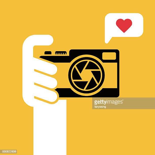 ilustraciones, imágenes clip art, dibujos animados e iconos de stock de cámara digital en mano humana - selfie