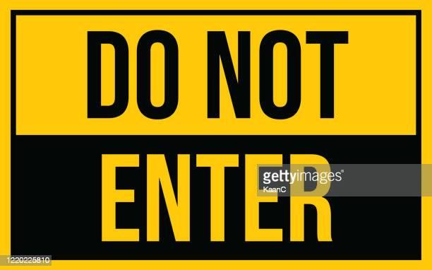 illustrations, cliparts, dessins animés et icônes de n'entrez pas le panneau d'avertissement. avertissement dans un signe jaune au sujet du coronavirus ou de l'illustration vectorielle covid-19 - panneau sens interdit