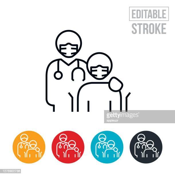 車椅子に乗った医師と患者は、フェイスマスクの細い線アイコンを着用 - 編集可能なストローク - ホスピス点のイラスト素材/クリップアート素材/マンガ素材/アイコン素材