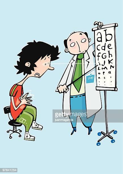 Doctor oculista analizando la vista de un paciente miope